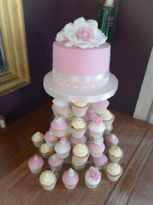 Single tier wedding cake with matching cupcakes